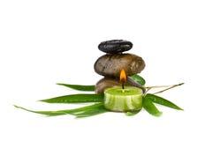 Zen otoczaki z bambusowymi liśćmi i świeczką, i Zdjęcie Royalty Free