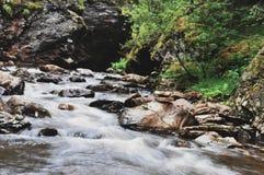 Zen på bergflodharmoni av vattnet arkivfoto