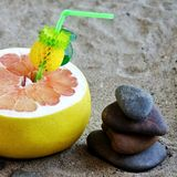 Zen, Pamela, exotische die vruchten nwith stenen op het zand, vakantieconcept worden gestapeld stock afbeeldingen