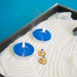Zen peu de jardin avec les bougies et le moxa bleus images stock