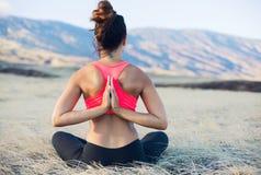 Zen practicante de la mujer de la yoga al aire libre imagen de archivo libre de regalías