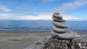 Zen Rocks auf dem Strand in Washington State am Dungeness-Spucken lizenzfreie stockbilder
