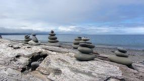 Zen Rocks en la playa en Washington State en el escupitajo de Dungeness Fotos de archivo libres de regalías
