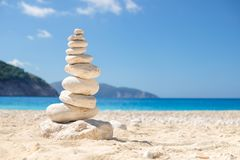 ZEN Stone que equilibra en una playa en Grecia Fotos de archivo