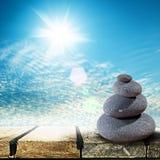 Zen Stones über hölzernem Schreibtisch lizenzfreies stockfoto