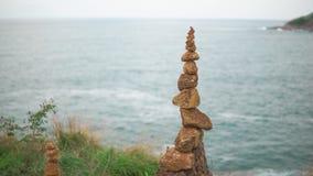 Zen Stones ha impilato alla cima della collina verde Il concetto di armonia e di equilibrio video d archivio