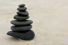 Zen Stones na areia Foto de Stock