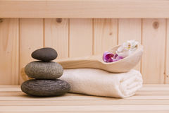 Zen stonesand handdoeken, ontspanningsachtergrond in sauna Stock Foto