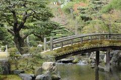 Zen-wie japanische Brücke, Frieden und Ruhe Stockbild