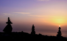Zen wschód słońca przy szczytem i kamienie Zdjęcie Royalty Free
