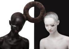 Zen. Yin und Yang. Schattenbild von zwei Leuten. Schwarzes u. weißes Symbol. Kreatives Orient-Konzept Lizenzfreies Stockfoto