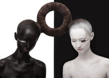 Zen. Yin y Yang. Silueta de dos personas. Símbolo negro y blanco. Concepto creativo de Oriente foto de archivo libre de regalías