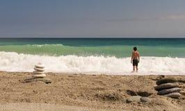 Zen zoals hoog evenwichtige stenenstapel op het overzeese strand Royalty-vrije Stock Foto's