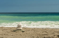 Zen zoals hoog evenwichtige stenenstapel op het overzeese strand Stock Afbeeldingen