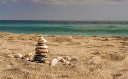 Zen zoals hoog evenwichtige stenenstapel op het overzeese strand Royalty-vrije Stock Fotografie