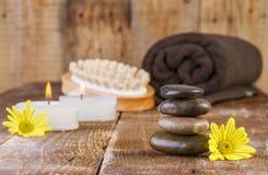 Zenbasaltsteine und -badekurort ölen mit Kerzen Stockfoto