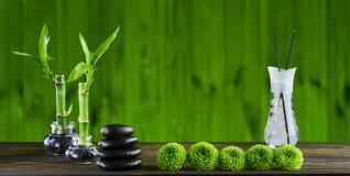 Zenbasaltsteine und -badekurort auf dem Holztisch Lizenzfreie Stockfotos
