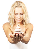Zenbrunnsortstenar i kvinnahänder fotografering för bildbyråer