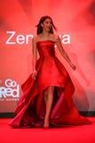 Zendaya anda a pista de decolagem no vermelho ir para a coleção vermelha 2015 do vestido das mulheres Foto de Stock Royalty Free