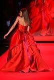 Zendaya anda a pista de decolagem no vermelho ir para a coleção vermelha 2015 do vestido das mulheres Imagens de Stock Royalty Free