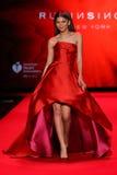 Zendaya anda a pista de decolagem no vermelho ir para a coleção vermelha 2015 do vestido das mulheres Imagens de Stock