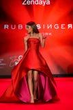 Zendaya anda a pista de decolagem no vermelho ir para a coleção vermelha 2015 do vestido das mulheres Fotografia de Stock Royalty Free