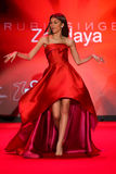 Zendaya anda a pista de decolagem no vermelho ir para a coleção vermelha 2015 do vestido das mulheres Imagem de Stock Royalty Free