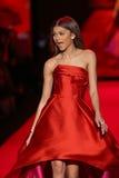 Zendaya anda a pista de decolagem no vermelho ir para a coleção vermelha 2015 do vestido das mulheres Fotos de Stock