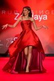 Zendaya geht die Rollbahn am Gehungs-Rot für Frauen-rote Kleidersammlung 2015 Lizenzfreies Stockbild