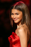 Zendaya geht die Rollbahn am Gehungs-Rot für Frauen-rote Kleidersammlung 2015 Stockfotos