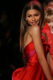 Zendaya marche la piste au rouge d'aller pour la collection rouge 2015 de robe de femmes Photographie stock libre de droits
