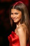 Zendaya marche la piste au rouge d'aller pour la collection rouge 2015 de robe de femmes Photos stock