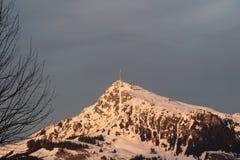 Zendertoren bovenop berg boven Kitzbuhel, Oostenrijk Stock Fotografie