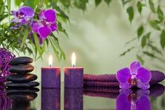 Zenen stenar orchiden och aromatiska stearinljus Royaltyfri Foto