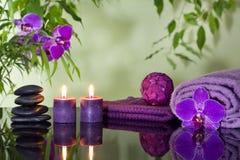 Zenen stenar orchiden och aromatiska stearinljus Fotografering för Bildbyråer