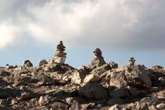 Zenen vaggar högar under molnig himmel Fotografering för Bildbyråer