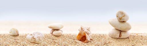 ZENES Stone en una playa arenosa Fotos de archivo