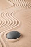 Zenhintergrund mit Stein und Muster von Linien im Sand lizenzfreie stockfotografie