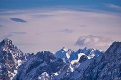 Zenit delle cime e della vista di posizione di una montagna della neve dalle alpi della montagna Un aeroplano sta volando sopra l Fotografia Stock Libera da Diritti