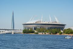 Zenit fotbollsarena och Gazprom Lakhta står högt, St Petersburg, Ryssland royaltyfri fotografi
