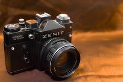 Zenit kamery rocznik w żółtym tle z obiektywem fotografia stock