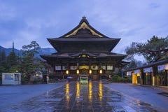 Zenkoji寺庙在晚上在长野,日本 库存照片