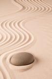 Zenmeditationsstein und Sandgarten Stockfotos
