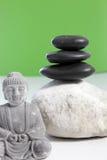 Zenordning med brunnsortstenar och den Buddha statyn Arkivbild