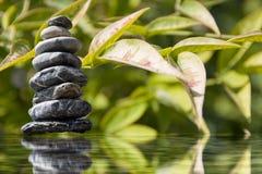Zenpyramide des Steins auf dem Wasser Stockfoto