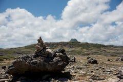 Zenrotsen in openlucht met bergen op achtergrond Stock Foto