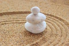 Zensteen op geharkt zand Stock Fotografie