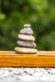Zensteine auf Holz Stockfoto