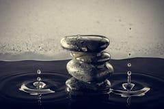 Zensteine im Wasser Stockfotos
