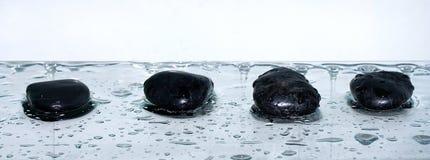 Zensteine mit Wassertropfen lizenzfreies stockbild